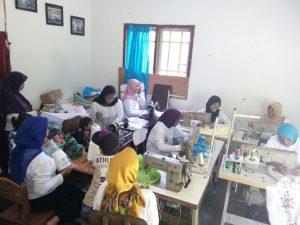 Angkat Wanita Sebagai Penggerak Ekonomi Keluarga Dengan PKUR Menjahit Bordir Mukenah1